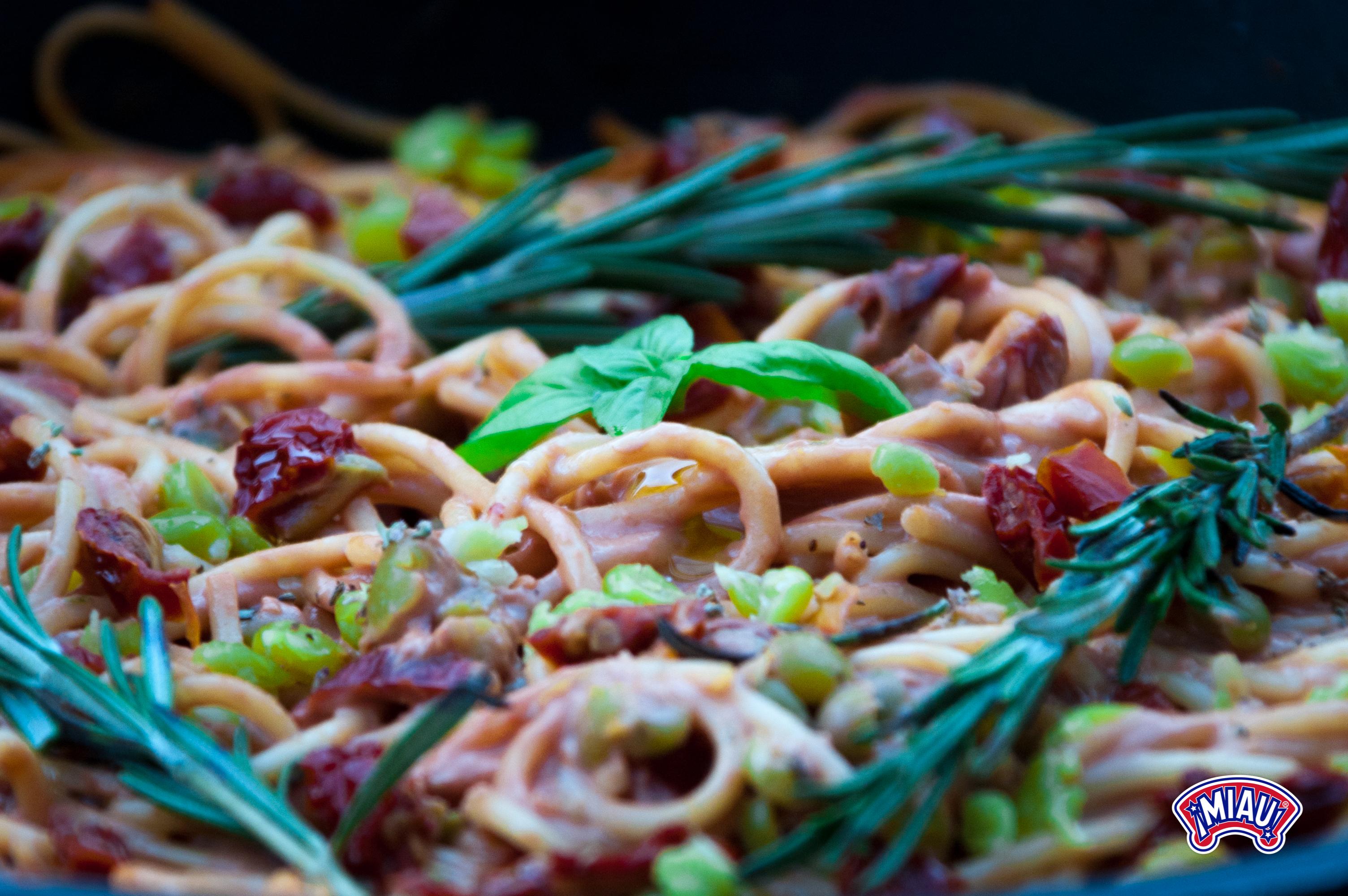 Pasta con guisantes y salsa de aguacate